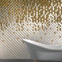 Zeltaini balta mozaīka vannas istabā