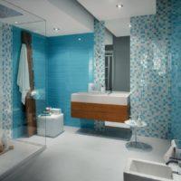 Baltas un zilas mozaīkas kombinācija vannas istabā