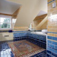 Persiešu mozaīkas paklājs uz vannas istabas grīdas