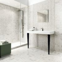 Pelēkas un baltas krāsas mozaīka vannas istabas dizainā