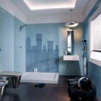Mozaīkas debesskrāpji uz vannas istabas sienas