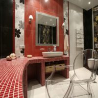 Sarkanā mozaīka vannas istabā