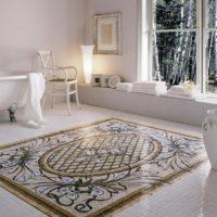 Mozaīkas paklājs vannas istabas interjerā