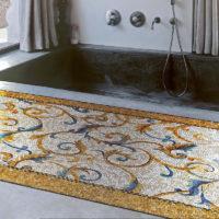 Mozaīka vannas istabas grīdas rotājumā