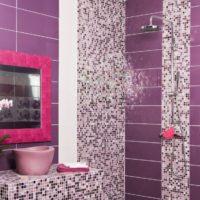 Violetas vannas dizains ar mozaīkas dekoru