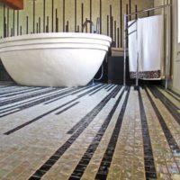 Šauras līnijas vannas istabas mozaīkā