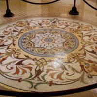 Šiks mozaīkas ornaments uz viesistabas grīdas