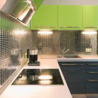 Spoguļmozaīkas un zaļas fasādes virtuves noformējumā