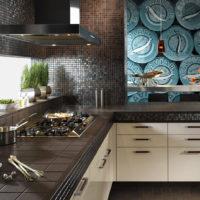 Mozaīka virtuves dekorā tumšās krāsās