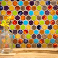 Spilgtas, apaļas stikla mozaīkas detaļas