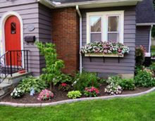 Parterre de fleurs devant le porche d'une maison privée