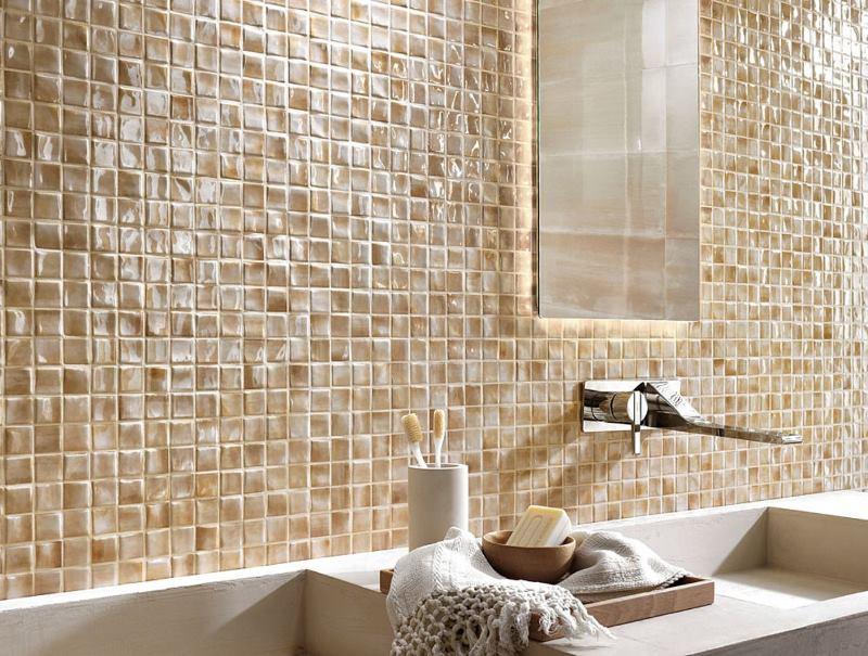 Keramikas mozaīka uz vannas istabas sienas
