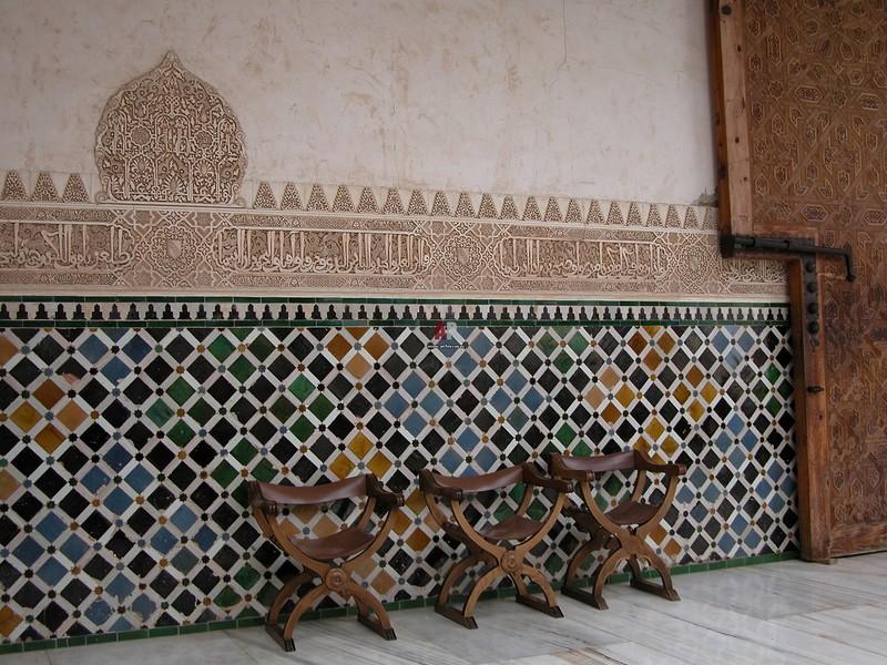 Marokas stila mozaīka uz viesistabas sienas