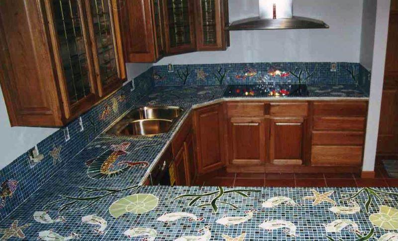 Virtuves iekārta ar mozaīkas virsmām