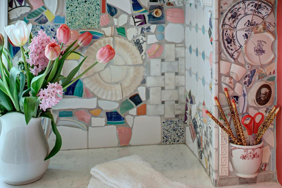 Dekoratīvs panelis no vecu trauku gabaliem un keramikas flīzēm