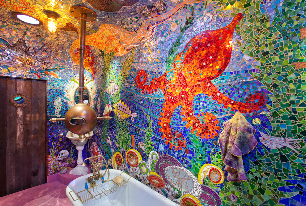 Unikāla vannas istaba ar krāsainām mozaīkas sienām un griestiem