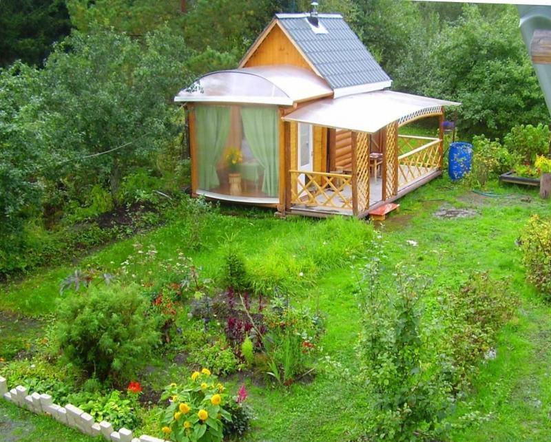 Neliela vanna verandā dārza stūrī