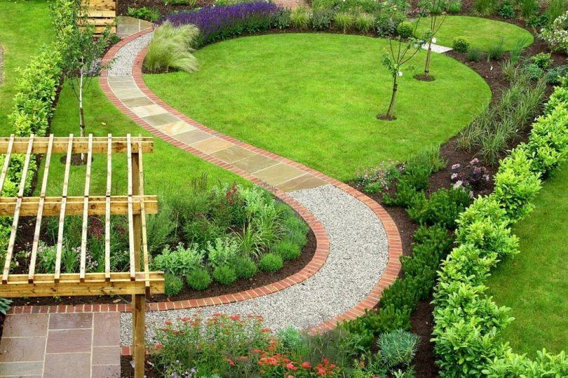 Likvidēts dārza ceļš, kas izgatavots no dažādu materiālu kombinācijas