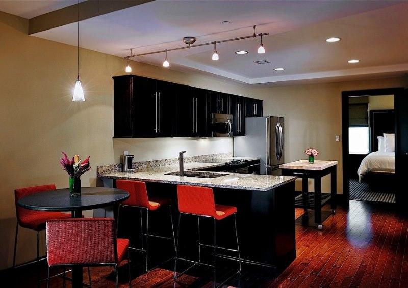 Éclairage de la zone de travail dans la cuisine-salon 15 places