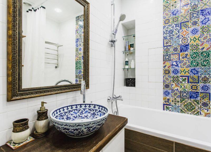 Mozaīkas sienas gleznojums Vidusjūras stila vannas istabā