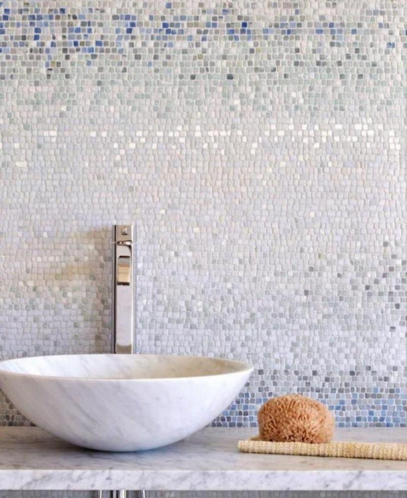 Stikla sienas mozaīka vannas istabā