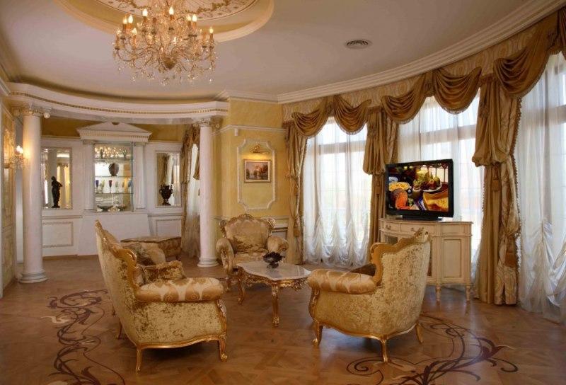 Foto no antīka stila klasiskās viesistabas interjera
