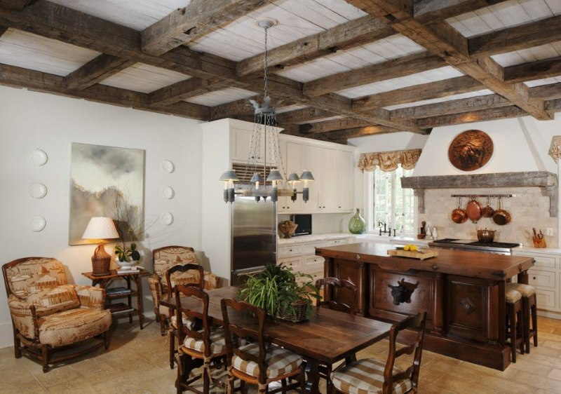 Décorer le plafond avec des poutres en bois sur la table à manger