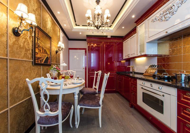 Izdužena kuhinja s zlatnim otiskom tapeta