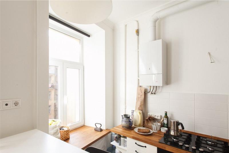 Chaudière à gaz blanche sur le mur d'une cuisine moderne