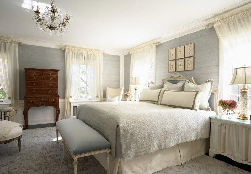Tekstilizstrādājumi pasteļtoņos klasiskās guļamistabas rotājumā
