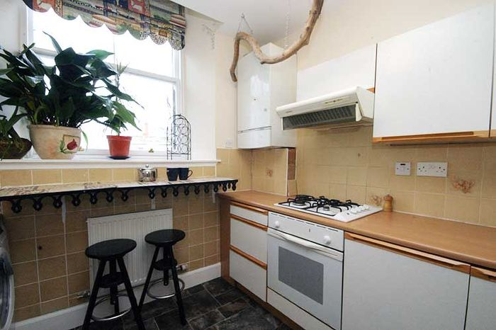 Chaudière à gaz dans un coin d'une petite cuisine