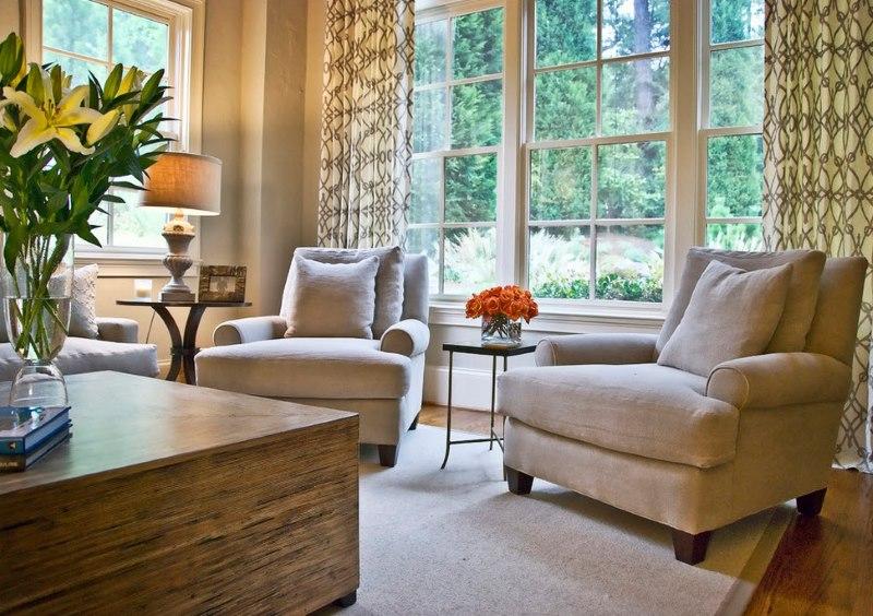 Bēšs mīkstie atpūtas krēsli neoklasicisma viesistabā