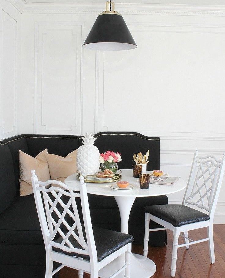 L'intérieur de la salle à manger avec des meubles noirs