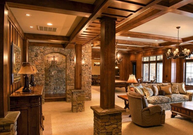 Klasiskā stila viesistaba ar koka kolonnām