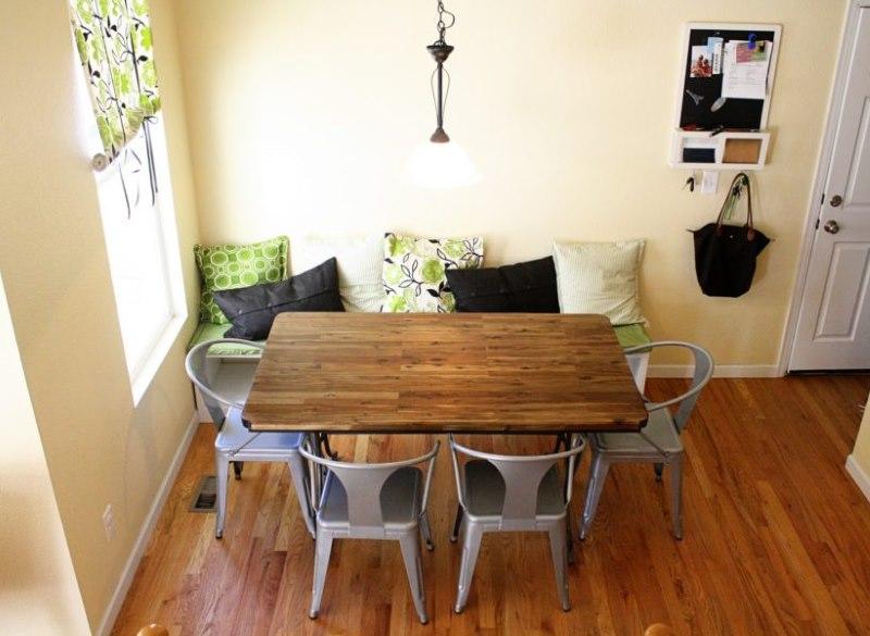 Table à manger avec comptoir en bois dans la cuisine d'une maison de campagne.
