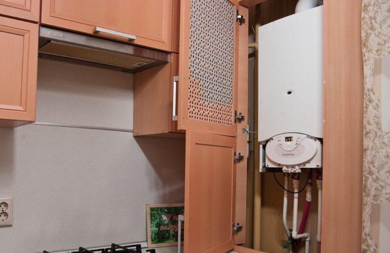 Porte en treillis de l'armoire de cuisine avec chaudière à gaz intégrée