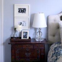 Stilīgs naktsgaldiņš klasiskā guļamistabā