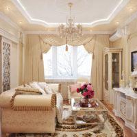 Dzīvojamās istabas dekors ar svaigiem ziediem
