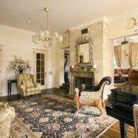 Krāsains paklājs viesistabas grīdā
