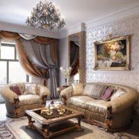 Sienas dekorēšana virs dīvāna ar gleznu