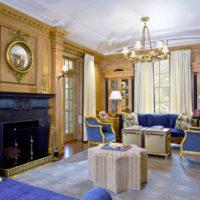 Zeltainas nokrāsas viesistabas interjerā