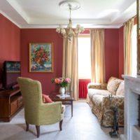 Nelielas viesistabas interjers pilsētas dzīvoklī