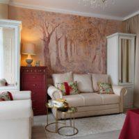 Tapetes uz klasiskā stila viesistabas sienas