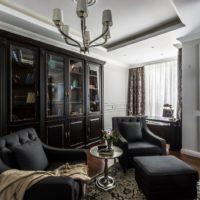 Melnas mēbeles viesistabas interjerā