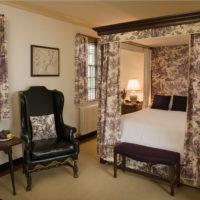 Krāsains audums klasiskās guļamistabas dizainā