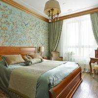 Tapetes ar ziedu apdruku uz guļamistabas sienas