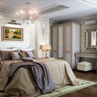 Līstes uz drēbju skapjiem laulāto guļamistabā