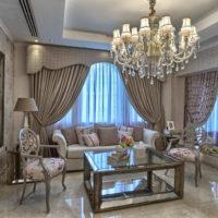 Noformējiet klasisko dzīvojamo istabu pasteļtoņos
