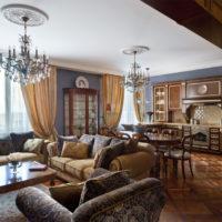 Koks klasiskās viesistabas interjerā