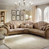 Stūra dīvāns klasiskā stila viesistabā